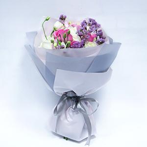 鲜花/曼妙时光:苏醒玫瑰6枝,白玫瑰6枝,桔梗3枝,浅粉色勿忘我点缀