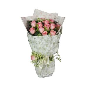 鲜花/喜悦满怀:12枝戴安娜玫瑰。 配材:蕾丝、尤加利、黄英、绿叶间