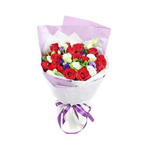 鲜花/爱情绽放:18枝红玫瑰 包 装:高档紫色韩式珠光纸、白色草编