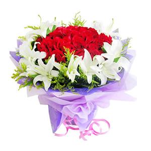 鲜花/庆幸有你:30枝红玫瑰,10枝白百合 包 装:紫色玻璃纸内衬