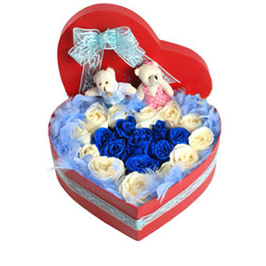 鲜花/不相离:蓝色妖姬9枝,白玫瑰12枝 包 装:蓝色羽毛装饰,