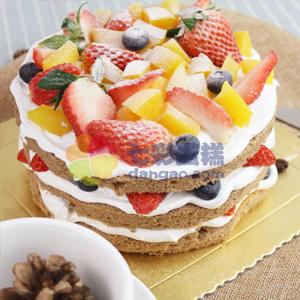 蛋糕/小清新裸蛋糕: 圆形水果裸蛋糕,时令水果铺面,水果果肉夹层。