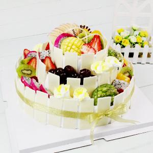 蛋糕/生日欢乐派:原材料:三层圆形鲜奶水果蛋糕、时令水果艺术装饰、纯手工巧克力