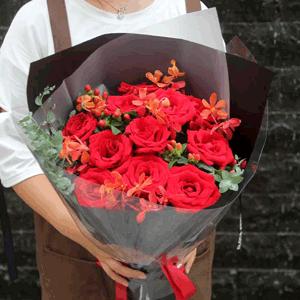鲜花/宝贝,我爱你:11朵红玫瑰  进口尤加利,红豆等装饰 花 语:一