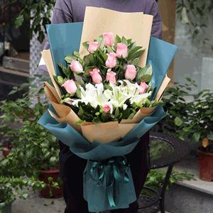 鲜花/许愿少女:11朵粉玫瑰两支百合 花 语:爱一个人,攀一座山,