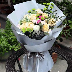鲜花/少女心事:11朵香槟玫瑰花束 叶上花 小绿菊 乒乓菊 花 语