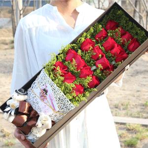 鲜花/一见倾心:19枝红玫瑰礼盒+2只小熊 花 语:与你一见如故,