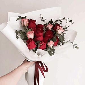 鲜花/红粉佳人:21枝精品红玫瑰 粉玫瑰混搭 花 语:花儿遇见春天