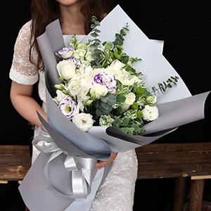 鲜花/纯洁女神:29枝白玫瑰+高级配材 花 语:永远爱你,守护你